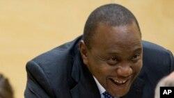 Le président Uhuru Kenyatta parlant à ses avocats à la Cour Pénale Internationale de La Haye, le 8 ocotobre 2014.