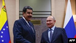 Perezida w'Uburusiya Vladimir Putin (iburyo) aramukanya na mugenzi we Nicolas Maduro i Moscou mu kwezi kwa 12/05/2018.