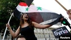 영국이 유엔 안보리에 시리아 제재 결의안을 제출한 28일 런던 시민들이 시리아 공격에 반대하며 거리 행진을 벌이고 있다.