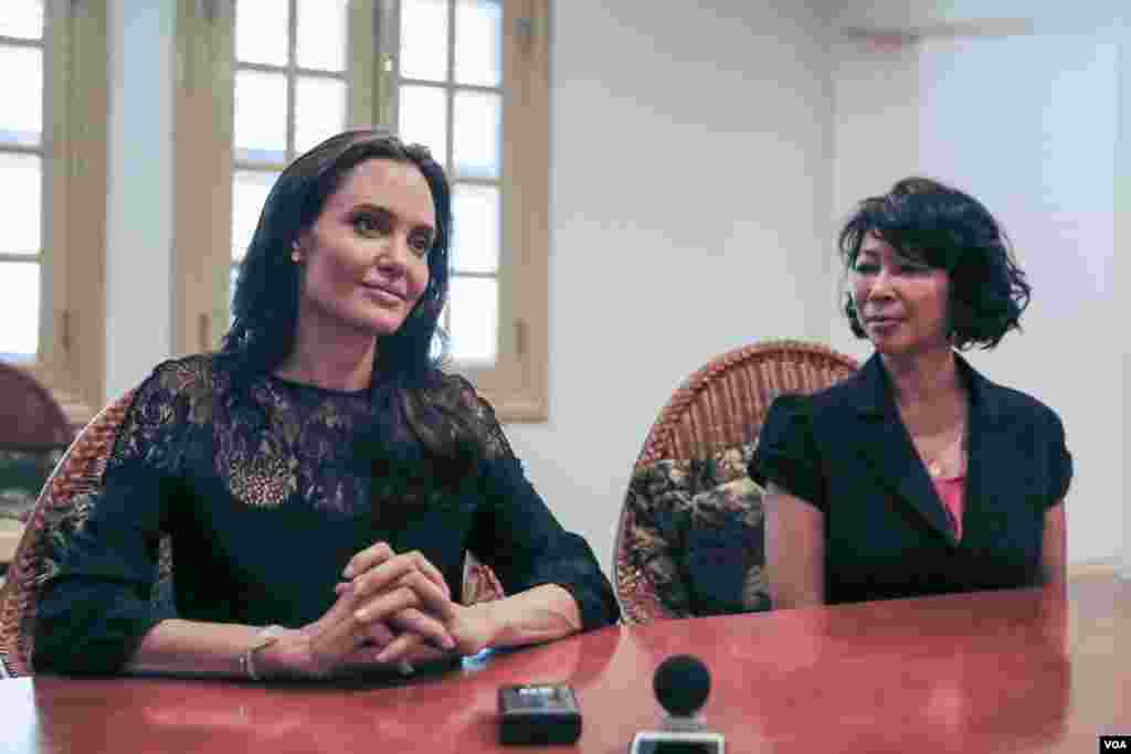 តារានិងជាអ្នកដឹកនាំរឿងហូលីវូដ ដ៏ល្បីល្បាញ លោកស្រី Angelina Jolie (ឆ្វេង) និងលោកស្រី អ៊ឹង លឿង អ្នកនិពន្ធសៀវភៅ «មុនដំបូងខ្មែរក្រហមសម្លាប់ប៉ារបស់ខ្ញុំ» ផ្តល់កិច្ចសម្ភាសផ្តាច់មុខដល់ VOA បន្ទាប់ពីសន្និសីទសារព័ត៌មានស្តីពីការដាក់បញ្ចាំងខ្សែភាពយន្តរឿង «មុនដំបូងខ្មែរក្រហមសម្លាប់ប៉ារបស់ខ្ញុំ» នៅខេត្តសៀមរាបក្នុងថ្ងៃទី ១៨ ខែ កុម្ភៈ ឆ្នាំ២០១៧។ (នៅ វណ្ណារិន/VOA) 