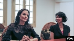 "Actress and filmmaker Angelina Jolie (left) and Cambodian-American Loung Ung, author of ""First They Killed My Father,"" give an exclusive interview to VOA Khmer following a press conference about the premiere of the upcoming Netflix film in Siem Reap province. (Neou Vannarin/VOA Khmer)"
