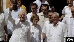 Mantan Presiden AS Jimmy Carter (kiri) bersama istrinya, Rosalynn (tengah) saat berkunjung ke sebuah biara di Old Havana, Kuba, Selasa (29/3).