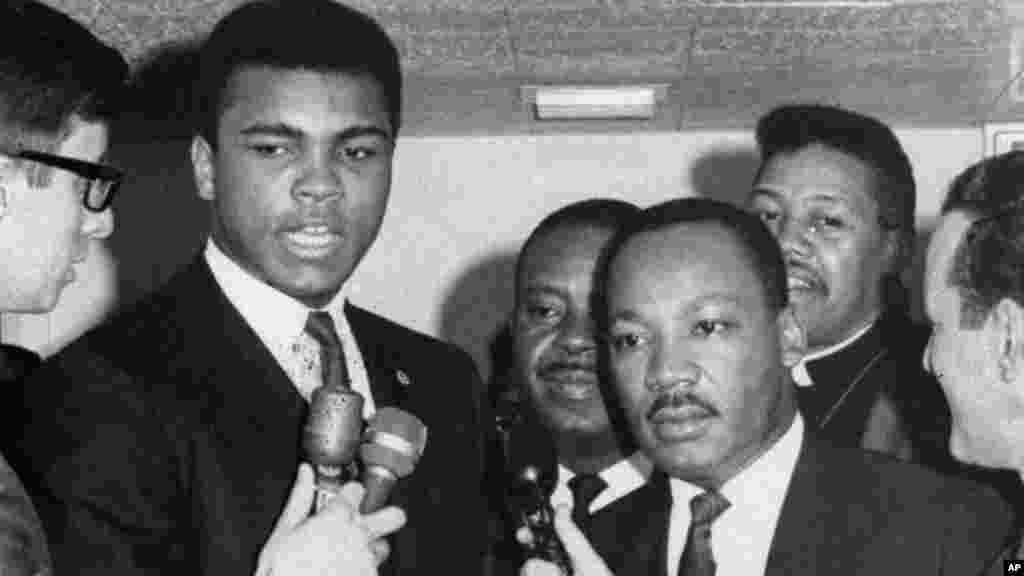 Mohamed Ali, et Martin Luther King parle avec des journalistes à Louisville, le 29 mars 1967.