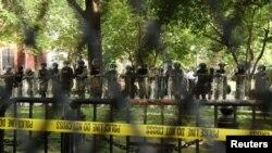Pripadnici vojske i Nacionalne garde iza ograde blizu Bijele kuće (Foto: Reuters/Jonathan Ernst)