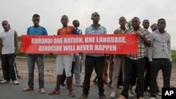 Para pemuda Burundi di ibukota Bujumbura memegang banner untuk mengirim pesan kepada para delegasi DK PBB yang berkunjung ke negaranya, Kamis (21/1).