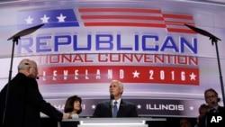 共和党副总统候选人麦克·彭斯(中)在共和党全国代表大会上 (2016年7月20日)