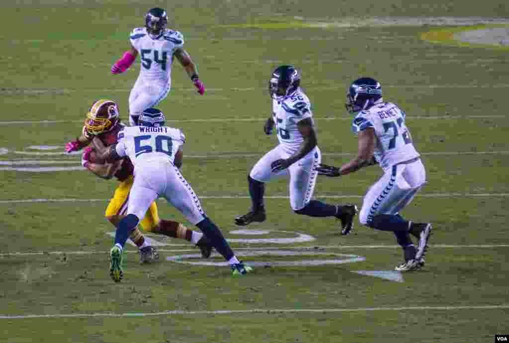 "Seattle Seahawks linebacker K.J. Wright [6' 4"", 246 pounds] makes a tackle, as the Washington Redskins host the defending champion Seahawks in a Monday night game, in Landover, Maryland, Sept. 14, 2014. (VOA / Frank Mitchell)"