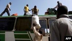Des passagers d'un bus partant de Bamako pour Gao, le 11 mars 2013.
