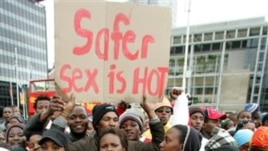 Anti-AIDS protestors march in Cape Town, South Africa (Aprili 23, 2006) (Obed Zilwa/AP Photo)