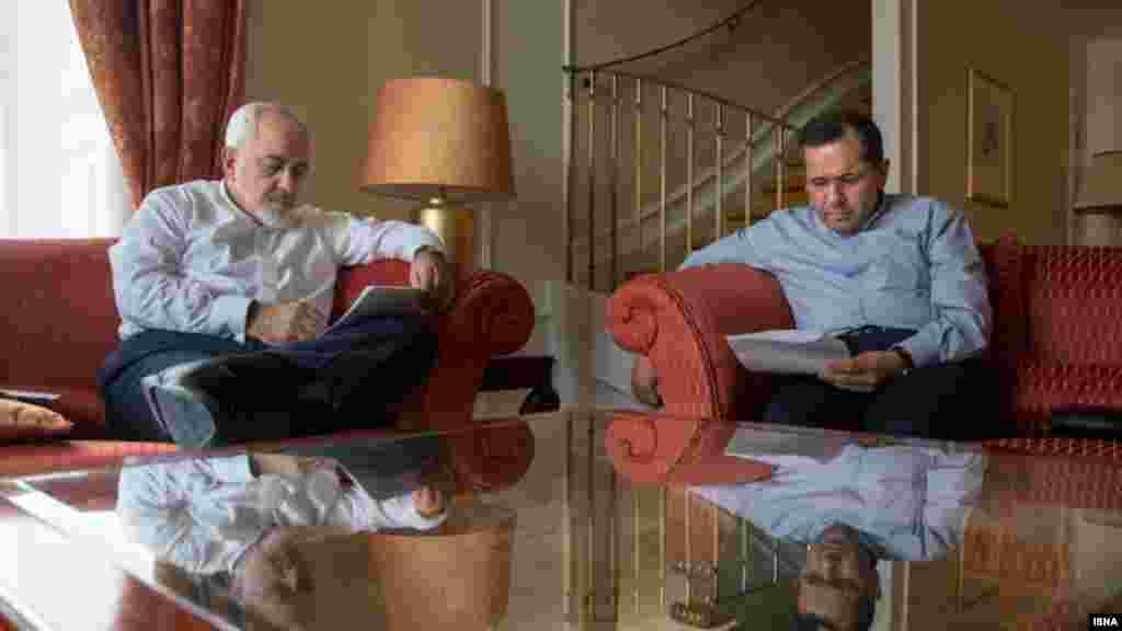 جواد ظریف و مجید تخت راوانچی در اتاق هیئت ایرانی در هتل کوبورگ وین