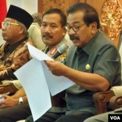 Gubernur Jatim Soekarwo membacakan SK Pelarangan Aktivitas Ahmadiyah.