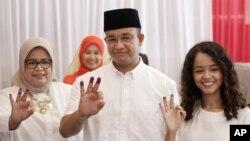 Tân đô trưởng Jakarta, Anies Baswedan (giữa) cùng vợ và con gái.