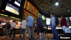 """Beberapa pelanggan menunggu giliran untuk ikut taruhan pertandingan final liga sepakbola AS """"Super Bowl"""" di sebuah kasino di Las Vegas, Nevada (foto: ilustrasi)."""