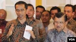 Presiden dan Wakil Presiden terpilih, Joko Widodo dan Jusuf Kalla, saat mengumumkan postur kabinet di rumah Transisi di Menteng, Jakarta Senin 15/9 (foto: VOA/Fathiyah).