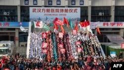 醫務人員舉行武漢方艙醫院的修倉儀式。(2020年3月10日)