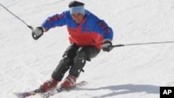 سرمائی اولمپکس میں شرکت کرنے والے پاکستان کے پہلے کھلاڑی محمد عباس گلگت کے قریب نلتر میں سکی انگ کی مشق کر رہے ہیں