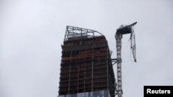 Esta grúa colapsó en Manhattan en un rascacielos en construcción. El peligro es latente por el eventual desplome de la estructura.