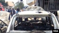 Un des trois véhicules endommagés et incendiés à l'explosion d'une grenade près de la banque commerciale Kenya à Bujumbura, Burundi vendredi 29 mai 2015. (Edward Rwena - VOA