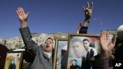 4일 요르단강 서안 지구에서 이스라엘에 구금된 팔레스타인들의 석방을 요구하느 팔레스타인 시위대.
