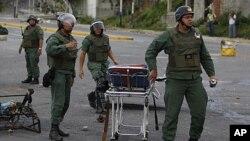 Los mitines en cárceles venezolanas se han vuelto frecuentes. En esta foto, soldados de la guardia nacional intentan contener la protesta en la cárcel El Rodeo I durante el pasado mes de junio.