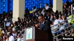 Presiden Rwanda Paul Kagame di Kigali menyampaikan penghormatan kepada para korban genosida Rwanda hari Senin (7/4).