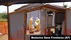 医护人员在几内亚力图遏制埃博拉疫情的蔓延