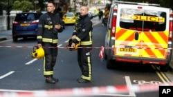 15일 폭발이 일어난 영국 런던 파슨스 그린 지하철역 주변에 경찰관과 소방관들이 출동했다. 런던 경찰은 테러 공격으로 추정하고 조사 중인 것으로 알려졌다.