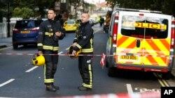 Des pompiers déployés après une explosion la station de Parsons Green, dans le sud-ouest de Londres, 15 septembre 2017.