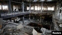 Vue générale de la bibliothèque de l'Université de Mossoul incendiée, le 30 janvier 2017.