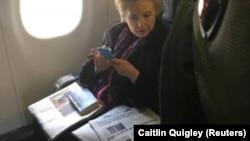 Cựu ứng viên Tổng thống Hillary Clinton lướt nhìn một hàng tít báo viết về vụ email cá nhân của Phó Tổng thống Mike Pence (Reuters)