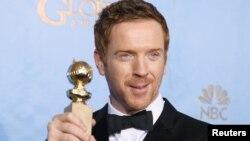 在2013年1月13日第70届金球奖颁奖典礼以主演《林肯》获得最佳男演员奖的戴.刘易斯在后台举着他获得的金球奖拍照