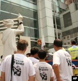 長跑人士到達中聯辦示威和舉行悼念活動
