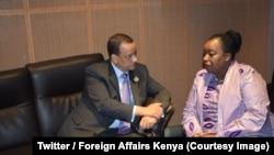 Le ministre des Affaires étrangères et de la coopération Smael Ould Cheikh Ahmed, à gauche, et son homologue kényan discutent à Nouakchott, Mauritanie, 30 juin 2018. (Twitter/Foreign Affairs Kenya)