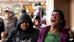 카이로 법원의 판결에 울분을 터트리는 포트사이드 축구팬들.