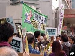 香港民主派人士中联办前抗议打压维权人士