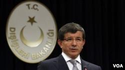 Menlu TurkiAhmet Davutoglu memberikan pernyataan pemerintah Turki di ibukota Ankara soal kekerasan di Suriah (15/8).