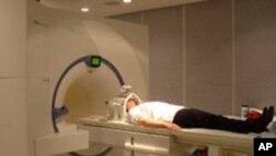 Peneliti menggunakan mesin Magnetic Resonance Imaging (MRI) untuk mempelajari otak hampir 2.000 remaja (foto: ilustrasi).