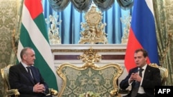Президент Абхазии Александр Анкваб и президент РФ Дмитрий Медведев. Москва. Кремль. 6 октября 2011 г.