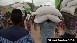 Des scènes de pillages du bureau des douanes dans le nord-est du Nigeria, le 27 octobre 2020. (VOA/Gilbert Tamba)