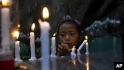 중국 간쑤성에서 분신 자살한 티베트 여성을 애도하기 위해 촛불을 밝히고 있는 티베트 소녀. (자료사진)