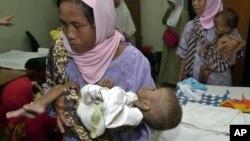 "Seorang ibu di Jawa Barat membawa anaknya yang menderita ""stunting"" ke sebuah klinik."