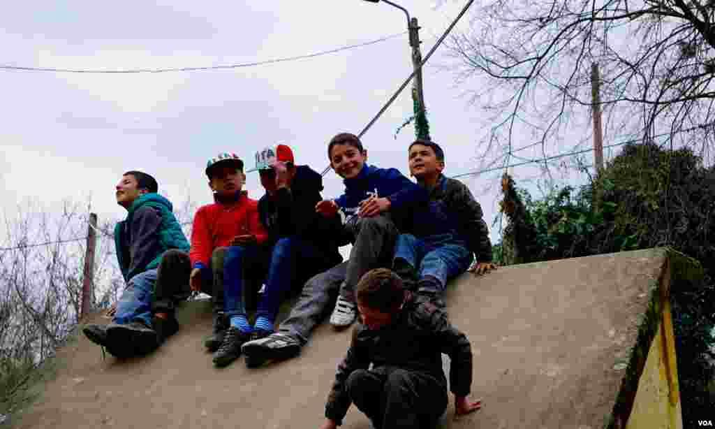 Anak-anak pengungsi di kamp Idomeni. (VOA/Jamie Dettmer)