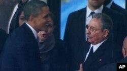 El presidente Obama y Raúl Castro durante el funeral de Nelson Mandela en Sudáfrica.