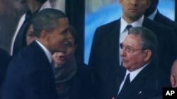 Barack Obama e Raúl Castro no funeral de Nélson Mandela