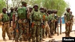 Militares nigerianos durante uma parada na aldeia de Baga perto da cidade de Maiduguri no Estado de Borno, Maio 2013.