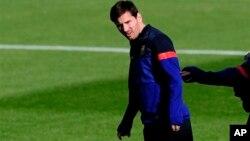 Pemain Barcelona asal Agentina, Lionel Messi, dalam sesi latihan di Pusat Olahraga FC Barcelona Joan Gamper di San Joan Despi, Spanyol (9/4/2013).