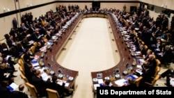 3일 벨기에 브뤼셀에서 열린 북대서양조약기구(NATO) 외교장관 회의에서, 존 케리 미국 국무장관이 ISIL 대응에 관한 회의를 주재하고 있다.