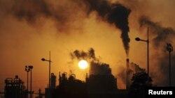 Polusi asap dari sebuah pabrik kimia di Hefei, propinsi Angui, China (Foto: dok). Hasil penelitian mengungakpkan bahwa pemanasan global juga mengakibatkan manusia menjadi 'mudah marah'.