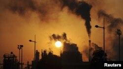 Khí thải carbon dioxide do con người xả vào bầu khí quyển Trái đất chính là nguyên nhân gây ra hiện tượng tăng nhiệt toàn cầu.