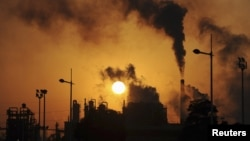 Khói cuồn cuộn từ các ống khói tại một nhà máy hoá chất ở Hợp Phì, tỉnh An Huy, Trung Quốc